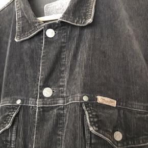 Vintage Wrangler jakke i fløjl. Ret cool og anderledes. Godt alternativ til en cowboyjakke. Købt med hjem fra et marked i Buenos Aires, men må sande den lige en anelse for stor til mig.