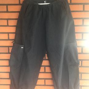 Flotte bukser typisk E str 2 svarende til str 40 Elastisk talje, store lommer på siden