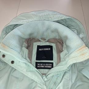 Sælger denne jakke fra Abercrombie & Fitch  Den har både lynlås, knapper og den kan strammes ind i livet. Den er en str L, og har mindre tegn på brug (en af knapperne kan ikke spænde, den har lidt makeup rester på dig, som kan renses af ved et renseri.   Kom gerne med et bud eller spørg for mere information. Jeg er ville til at handle om prisen, da jeg ikke får jakken brugt mere.   Prisforlag: 140 kr  Kan sendes idag😁📦