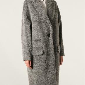 Jeg sælger min skønne fra kke By Malene Birger. Det er en oversize frakke, så elegant. Ny pris 4.400,- Den har været brugt und 10 gange, aldrig renset. Grå uld , alpaca og mohair Style prosa  Bytter ikke:-)