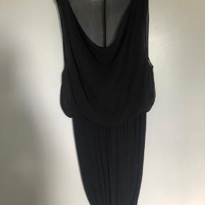 Rigtig flot kjole med stretch, så den sidder stram fra taljen og ned og med fin chiffon løst på overkroppen. Falder smukt.