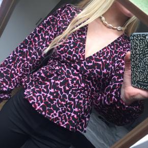 Fin pink leopard slå om bluse fra Envii. Med lidt større ærmer, så de puffer lidt 😊