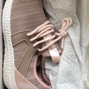 Har disse helt nye sneakers, har købt dem til en veninde, men hun kan ikke passe dem, da de er for små. Købsprisen var 400 kr, de er aldrig blevet brugt, kun prøvet på. Farven er pink/rosa. BYD.