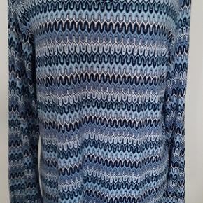 Ny med mærke - np 300 kr.  Flot blåmønstret tunika i viscose med masser af stræk. Har elastik ved ærmerne 🌸