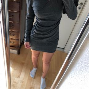 Tætsiddende kjole med hætte, på hætten er der en pelskrave af kaninpels  Afhentes 8000 Aarhus C  Sender også med Dao, køber betaler selv fragten.