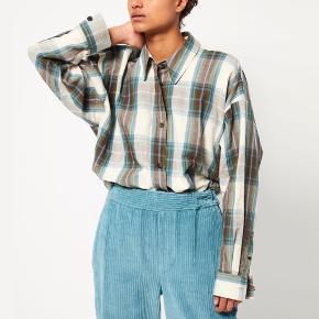 """Smuk Isabel Marant Skjorte, modellen hedder """"macao"""". Den har er oversized fit, passes af en 38/40.  Materiale er 100% bomuld  Nypris: 3195,-  Respekter venligst at jeg ikke bytter og køber betaler porto samt gebyr ved tspay."""