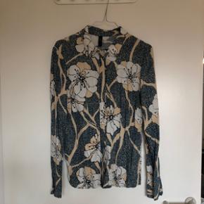 Populær skjorte fra Y.A.S sælges 💃🏼   Brugt få gange! Som bonus bringer denne unikke skjorte held - især til eksamen 😉  Mp: 200kr.  Kan hentes på Nørrebro eller sendes med DAO