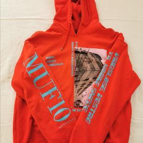 Muf10 'Roland hoodie' i rød  https://muf10.com/product/roland-hoodie-sweater-in-red/  Str. L (true to size) Cond 8,5/10 MP 500kr Bin 600kr NP 1600KR  Fragt på købers regning