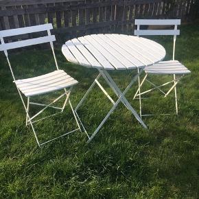 Hvide Franske træmøbler, rundt bord 70 cm + 2 stole sammenklappeligt. .ingen returnering. Afhentes på 8270 Højbjerg. Reserver gerne når halvdelen af beløbet betales ved reservationen..