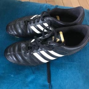Varetype: Fodboldstøvler Størrelse: 44 Farve: Sort  Lækre fodboldstøvler,- næsten ikk brugt.   Måler ca 27,5 cm indvendigt