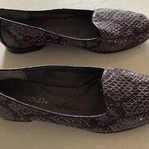 Aerosoles skindsko af høj kvalitet.  Skoene er ubrugte og kan bruges til alt. Porto betales af køber .