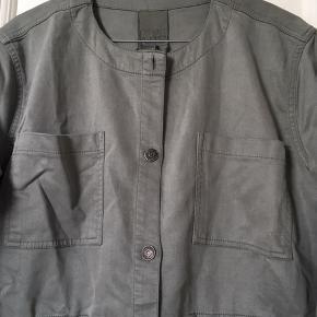 Ny jakke i lærred. Passer str 38, M  Sælger meget andet fra samme mærke og andre fede mærker