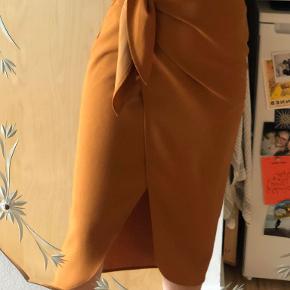 Super smuk nederdel i varm orange. Passer Xs til lille medium afhængig af ønsket pasform.