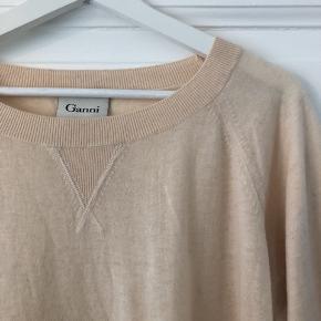Blød, tynd strik fra Ganni i beige/lys rosa 🌿 Str. S, men kan bruges af medium også, da den er lidt oversize 😊  #30dayssellout
