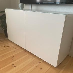 BESTÅ tv møbel fra IKEA næsten som ny  Der er en glasplade ovenpå som følger med  Højde: 65 cm Længde: 120 cm Dybde: 40 cm