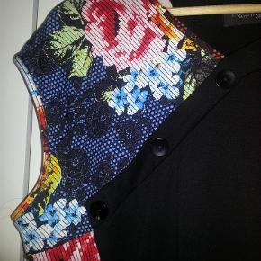Så flot og skøn kjole med dasser stræk og smarte detaljer.  Brystvidde 104 cm Længde 90 cm  Aldrig brugt - Kun vasket og prøvet på.  Super fed kjole Farve: sort Kvittering haves