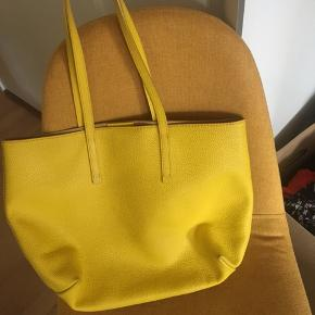 Bimba Y Lola yellow leather shoulder bag. The edges of the bag at the bottom is a little worn out, there's a bit of discolor (which you can just clean off with a wet cloth).