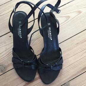 Sandaler med kitten heels.