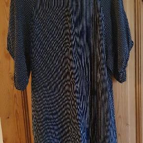 Smuk kjole fra Ganni størrelse small Den er lidt gennemsigtig Lækkert materiale