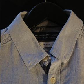 Lysblå skjorte fra Jack and Jones. Farven er så flot. Den er brugt få gange, men hvis skjorten stryges er den som ny.