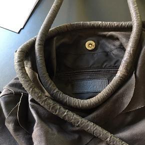 Skøn taske i jordfarve Brugt få gange  I blødt skind