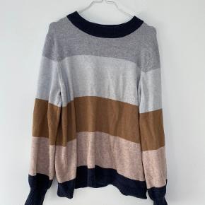 Fin blød sweater i 50% Viscose og 50% nylon og polyester.