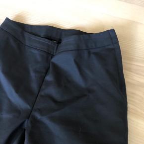 Bukser i fast stof og med lynlås i sidden  Livvidde 85cm Længde 106cm