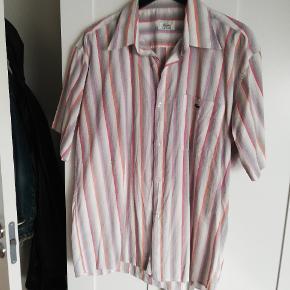 Vintage kortærmet lacoste skjorte, med store retro flipper, i let materiale