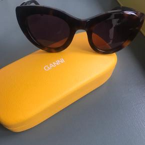 Solbriller fra Ganni. Mega fede, får dem desværre bare aldrig på. Brugt et par gange og fremstår derfor som nye og uden ridser. Etui og pose medfølger.   Nypris ca 1500, har desværre ikke kvitteringen længere.