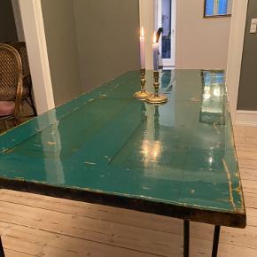 Unikt retro og cool bord, jeg selv har lavet - bestående af en sej dør med epoxy overflade.  Super praktisk og slidstærk overflade som er nem at vedligeholde. Standen er god med få brugsspor.   Sælges for 5000 - og afventes på Østerbro.   Længde: 160 Bredde: 70 Højde: 72  Bud modtages :-)