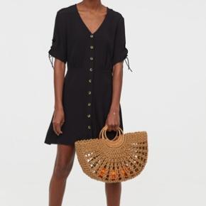 Kjole fra H&M, str. 40/M-L sælges. Kun brugt én gang. Mp er 100 inkl porto.