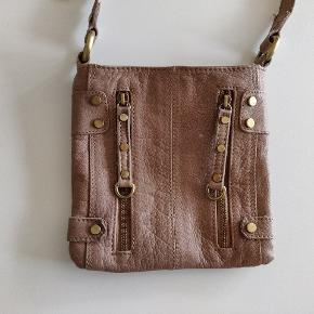 Læder taske, 2 udvendige lommer med lynlås. Én indvendig lomme. 19x19cm