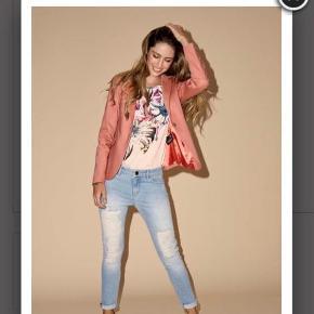 Varetype: Jeans Størrelse: 27 Farve: Lyseblå Oprindelig købspris: 1000 kr.  Sælger mine nyindkøbte Mos Mosh Jeans, da de desværre er lidt for små😔 håber at jeg kan komme så tæt på nypris som muligt
