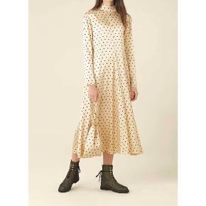Kjolen er helt ny og mærket sidder stadig i.  Kom med et bud :)