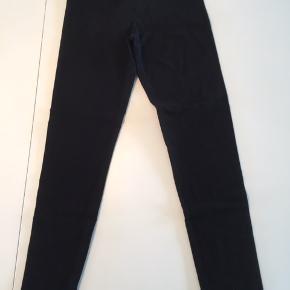 Fine, unisex leggings fra Mini Rodini med god elasticitet.   Disse er repareret to steder - foran på låret og bagpå det ene ben (derfor standen slidt). Ses kun tæt på og de er stadig fuldt ud brugbare.