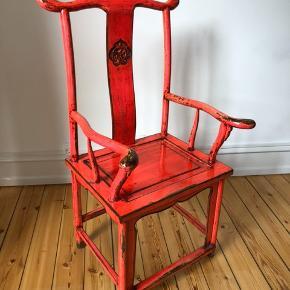 Sælger den vintage stol med et helt unikt look. Stolen bærer præg af at den er nogle år gammel og derfor er der steder hvor den er en smule affarvet af solen. Men ellers så fremstår den super fin ✨