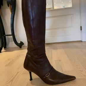 Super flotte spidse italienske støvler i Bordeaux med et guldspænde over svangen. Støvlerne er forret med fint sort læder  indvendigt og har et gemt stykke rib, i skaftet som giver en smule fleksibilitet👌 støvlerne er brugte, men stadig lækre og klar til flere ture ud i verden🤩 sælges til en fordelagtig pris👍