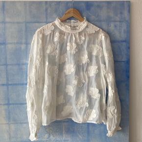 Super flot skjorte/bluse med fin hals og knap i nakke   Aldrig brugt Let transparent Str 42  Afhentes på Nørrebro  Bytter ikek