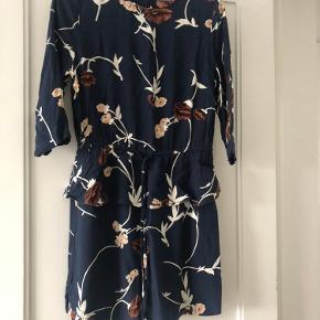 Super fin kjole fra Ganni i blå med mønster.  Str 38, men passer en str 34 og lille 36  Standen er sat til god men brugt. Kjolen fejler intet, ingen huller eller pletter.   MP : 200,-kr pp  BYTTER IKKE