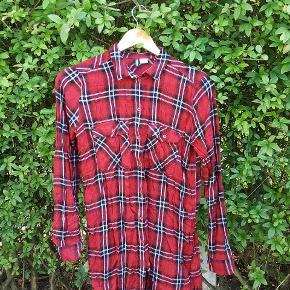 Lang skjorte fra H&M divided , i str 36 . Brugt få gange .   🔎 Andre søgeord:  Tunika , skjortekjole , ternet , skotskternet , rødternet , rød  HALV PRIS PÅ ALT I DAG