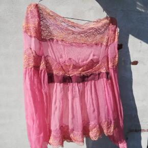 Fin bluse som sidder på skuldrene. 100% silke. Helt ny og ubrugt