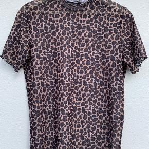 Fed mesh t-shirt med leopardprint. Str. M og fitter også en str. M. Byd gerne🥰