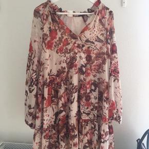 Let og lækker kjole perfekt til sommer.  Næsten ikke brugt.