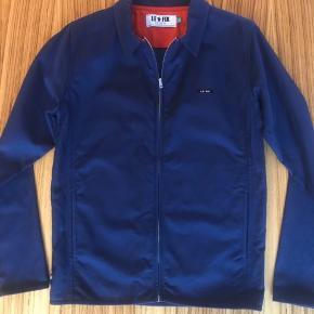 Ny sporty letvægtsjakke med lynlåslukning og 2 åbne frontlommer. En alsidig jakke med et sporty look. Nypris kr.900,-