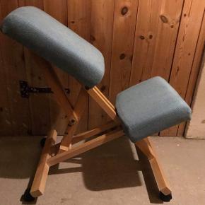 Knæstol/knætaburet i god stand med mulighed for at indstille position. Rigtig lækker og ergonomisk arbejdsstol