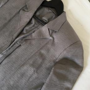 Fin lang vintage blazer jakke i sølv/grå i 100% silke med cool detaljer og lynlås (kan også bruges som en blazer kjole.