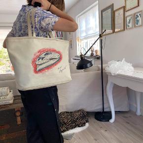 Chanel Tote bag Karl Lagerfeld edition  Tasken har små brugsspor som pletter indeni, samt en sygning ved den ene skulderhang. Derudover rigtig god stand. Måler ca 40 x 30 x 12 cm med et shoulderdrop på 22 cm. Tasken kan rumme en Macbook eller lignende. Kommer med autentikation bevis . Kan sendes over Trendsales 📦