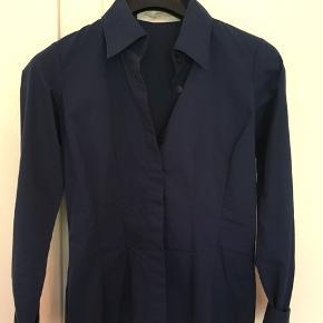 Fin marineblå skjorte. Brugt 2-3 gange.
