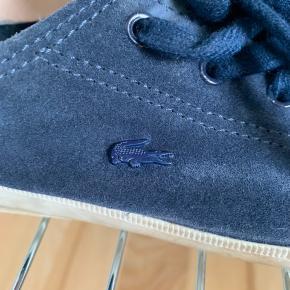 Sælger mine Lacoste sko i mørkeblå. De er 2-3 år gamle, men jeg har aldrig rigtig gået med dem. De er str 36. Kom med bud eller spørg i PB om flere billeder.  Skoene er lavet i ruskind.