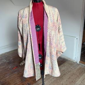 Brand: Kimonojakke Farve: Beige  Kort kimonojakke / kort kimono i ca str 46/48. Spørg gerne om mål.  Foret er lilla. Yderstof beige med blomster.  Vidde målt forneden ca 160 cm.  Brugt få gange.